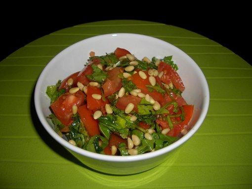Салат с рукколой и кедровыми орешками