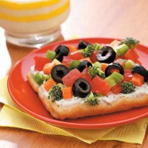 Вегетарианская пицца с укропом и свежими овощами