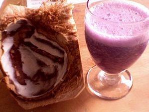 Коктейль из кокосового молока с ягодами