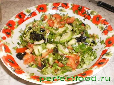 салат из свежих овощей с маслинами