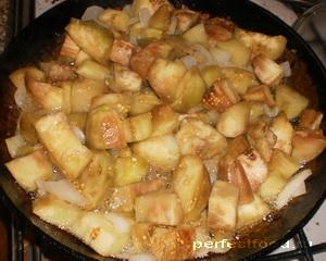 Обжарить лук и баклажаны