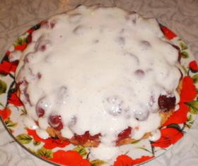 Залить торт с клубникой кремом