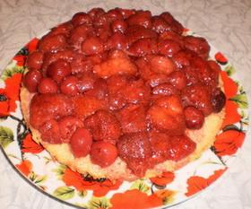 Выложить клубнику для торта