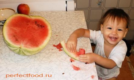 Довольный ребёнок ест арбуз