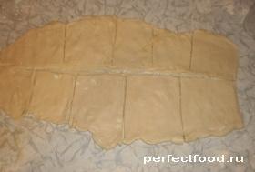 Нарезать слоёное тесто для пирожков