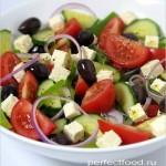 Греческий салат с заправкой из оливкового масла с ароматными травами