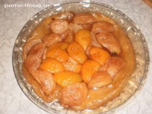 Слоёный пирог с консервированными персиками