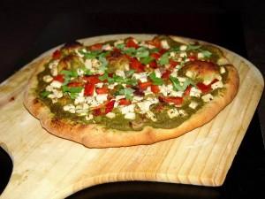 Веганская пицца с зелёным соусом, грибами, тофу, перцем, луком и оливками.