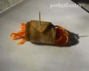 Готовый баклажанный рулетик с морковью и орехами
