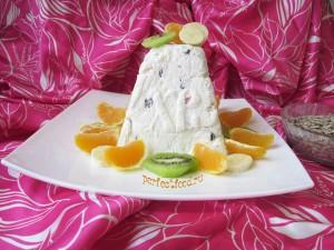 Фото-рецепт творожной пасхи с изюмом и цукатами.