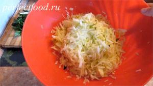 Пошаговое фото к рецепту оладий из кабачков 2.