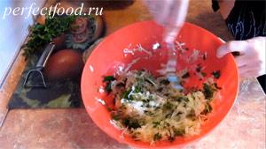 Пошаговое фото к рецепту оладий из кабачков 4.