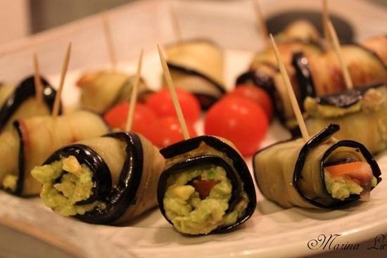 Рулетики из баклажанов с авокадо, чесноком и орехами