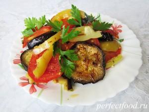 Запечённые баклажаны с помидорами и перцем - рецепт с фото