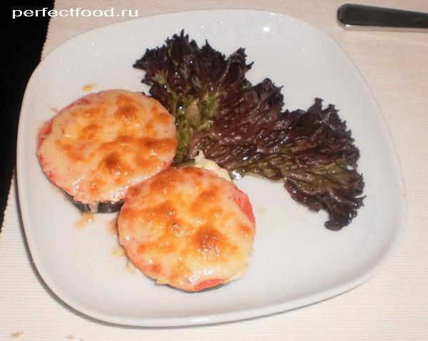 Баклажаны с помидорами, сыром и чесноком запечённые