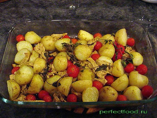 Молодой картофель, запечённый с помидорами и соевым мясом