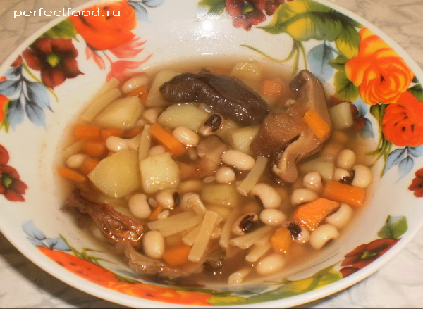 Грибной суп с лапшой и фасолью