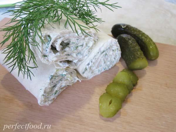 Закусочный рулет из лаваша с творогом и зеленью