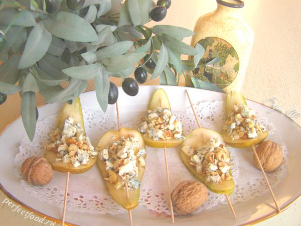 Закуска из груш на шпажках — грушевые лепестки с сыром и орехами