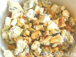 Сыр с орехами и заправкой