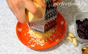 Как приготовить соус песто с фиолетовым базиликом. Фото 1