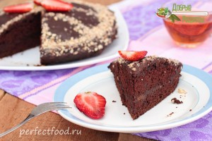 Веганский шоколадный торт с клубникой