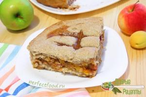 Постный пирог на ржаной муке с яблоками и абрикосами
