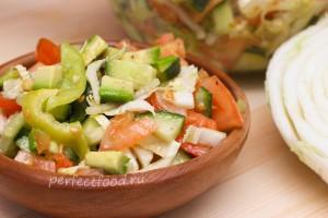 Салат из свежих овощей с авокадо и пекинской капустой