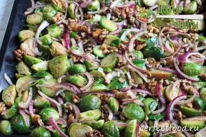 Брюссельская капуста с орехами, луком и соусом на противне