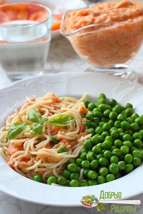 Спагетти с соусом и зелёным горошком