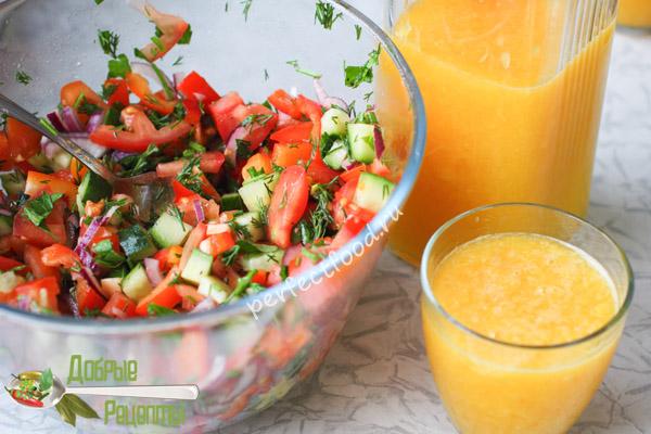 Салат из свежих овощей и апельсиновый сок