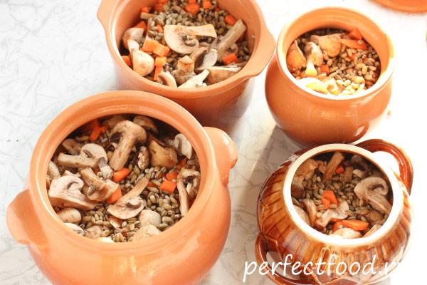 Перловка с грибами в глиняных горшочках