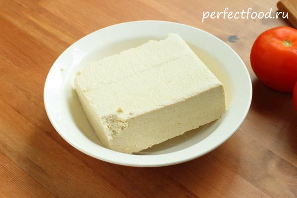 Тофу в тарелке