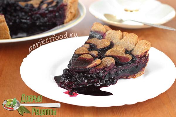 Кусок веганского черничного пирога на тарелке - фото