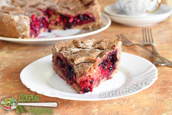 Кусочек пирога со смородиной на тарелке - фото