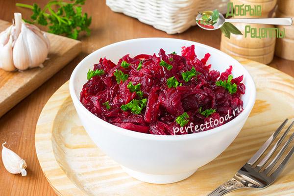 Салат из варёной свёклы с чесноком - рецепт с фото