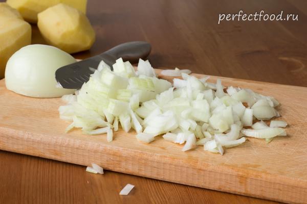нарезанный лук для картофельного супа