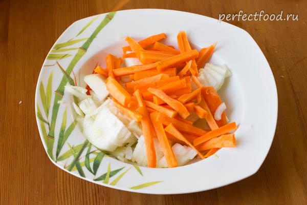 Нарезанные лук и морковка - фото