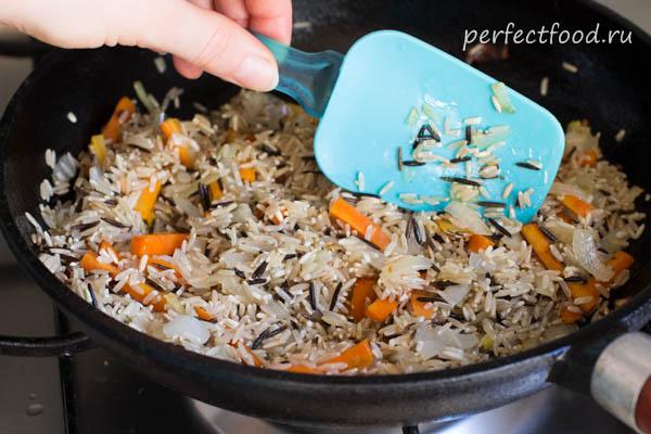 Бурый и дикий рис в сковороде - фото