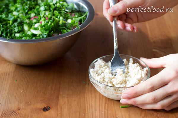 salat-iz-ogorcov-rediski-smetany-recept-foto-6