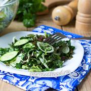 Витаминный зелёный салат из огурцов и зелени