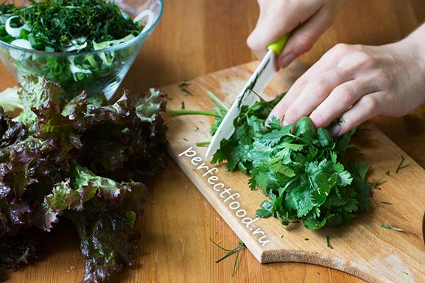 zelenij-salat-s-ogurcami-recept-foto-3