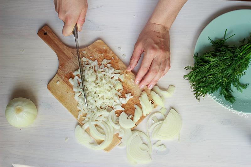 Мелко нарезанный лук для равиоли