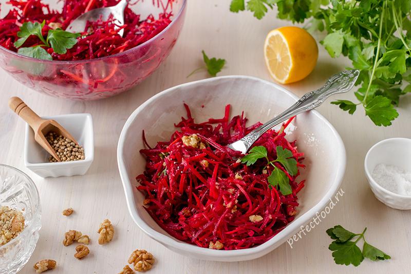 Витаминный салат из сырой свёклы с орехами