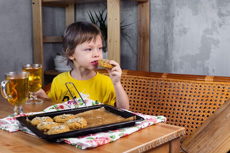 Ребёнок ест веганское печенье из тыквы