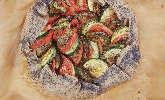Овощной пирог-рататуй с баклажанами, помидорами и кабачками